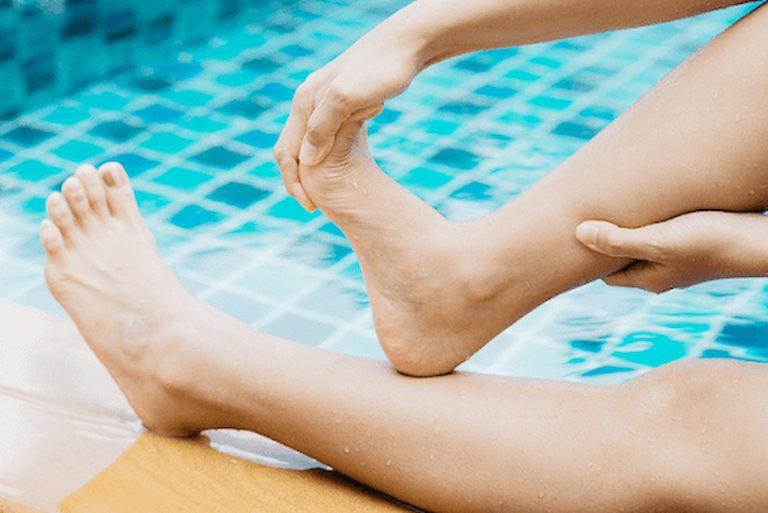 Bị chuột rút khi đang bơi bạn cần nhanh chóng lên bờ để thực hiện xoa bóp giảm co cứng cơ
