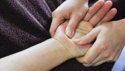 Xoa bóp hàng ngày mới mang lại hiệu quả giảm đau cổ tay nhanh chóng
