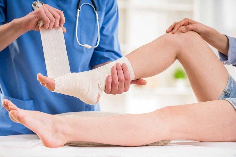 Bệnh nhân nên đến bệnh viện sớm để được bác sĩ có chuyên môn thực hiện cách xử lý khi bị trẹo chân phù hợp