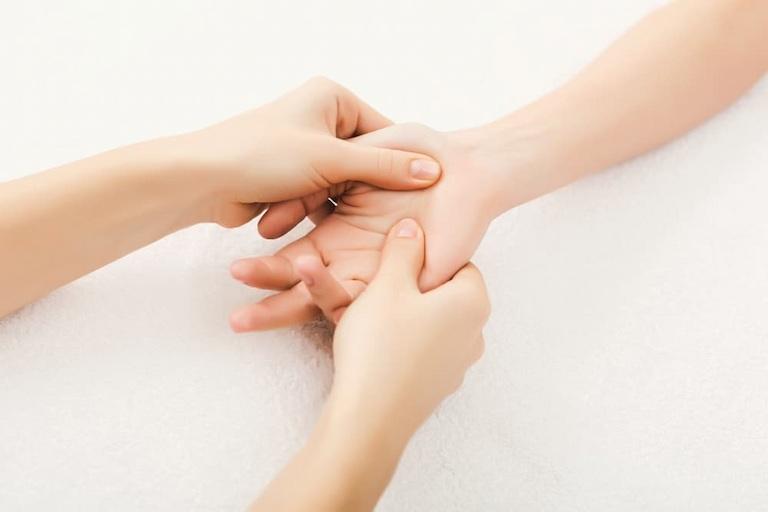 Có thể điều trị bệnh dạ dày bằng cách kết hợp bấm huyệt Lao Cung và Công Tôn